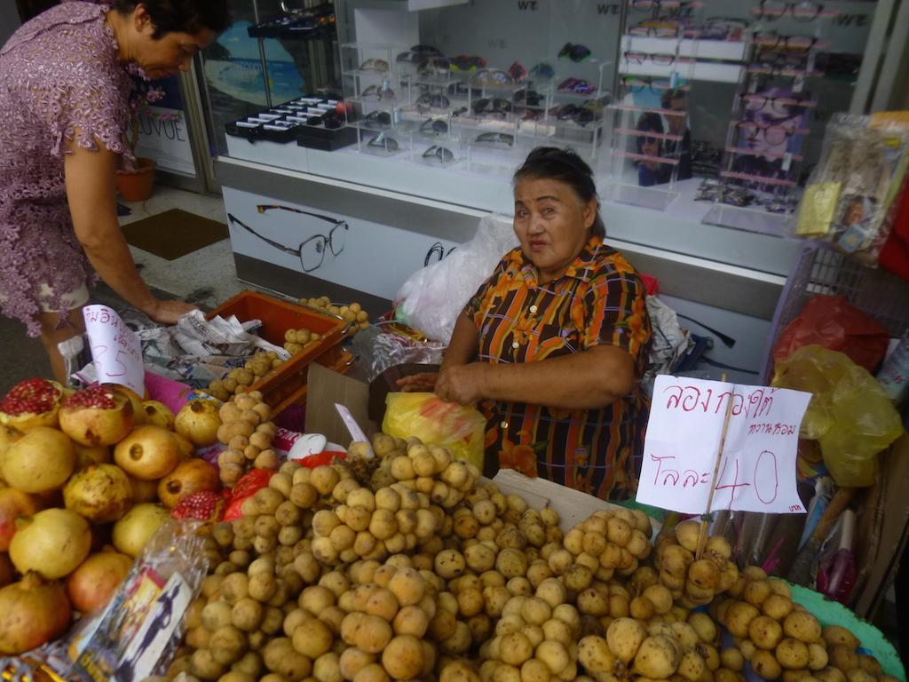 As frutas e os vegetais estão à venda por todo o lado