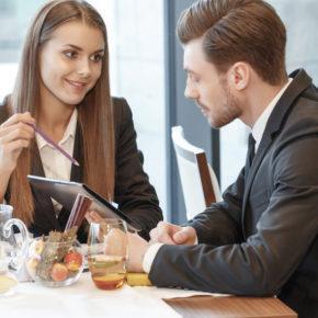 Atender o telefone num almoço de trabalho