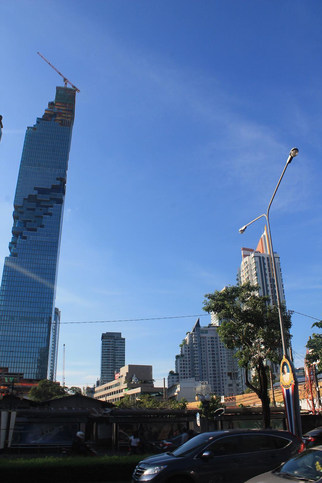Arranha-céus edificado aos ziguezagues