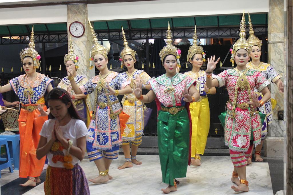 Bailarinas em cerimónia religiosa