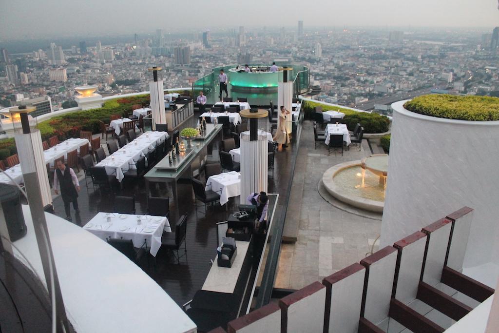 Sala de jantar ao ar livre da Torre Lebua, com vista sobre Bangecoque