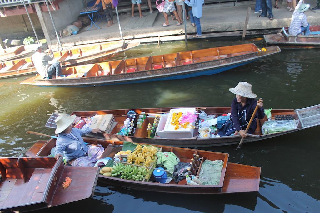 Vendedoras no mercado flutuante de Damnon Saduak
